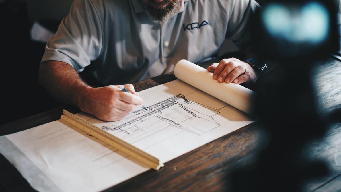 Un homme qui travaille sur des plans