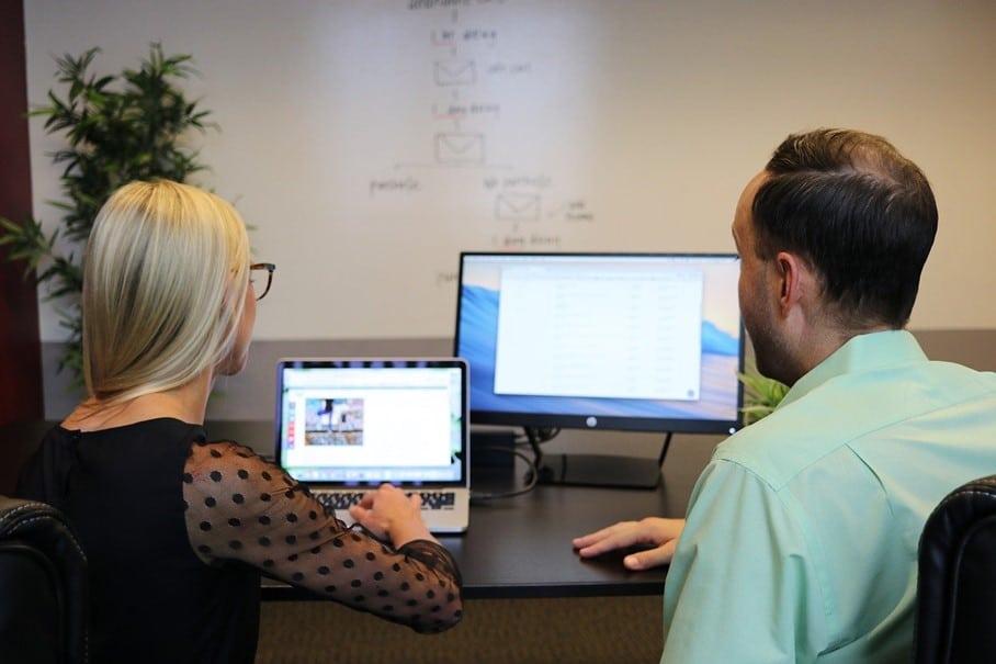 Deux personnes devant un ordinateur