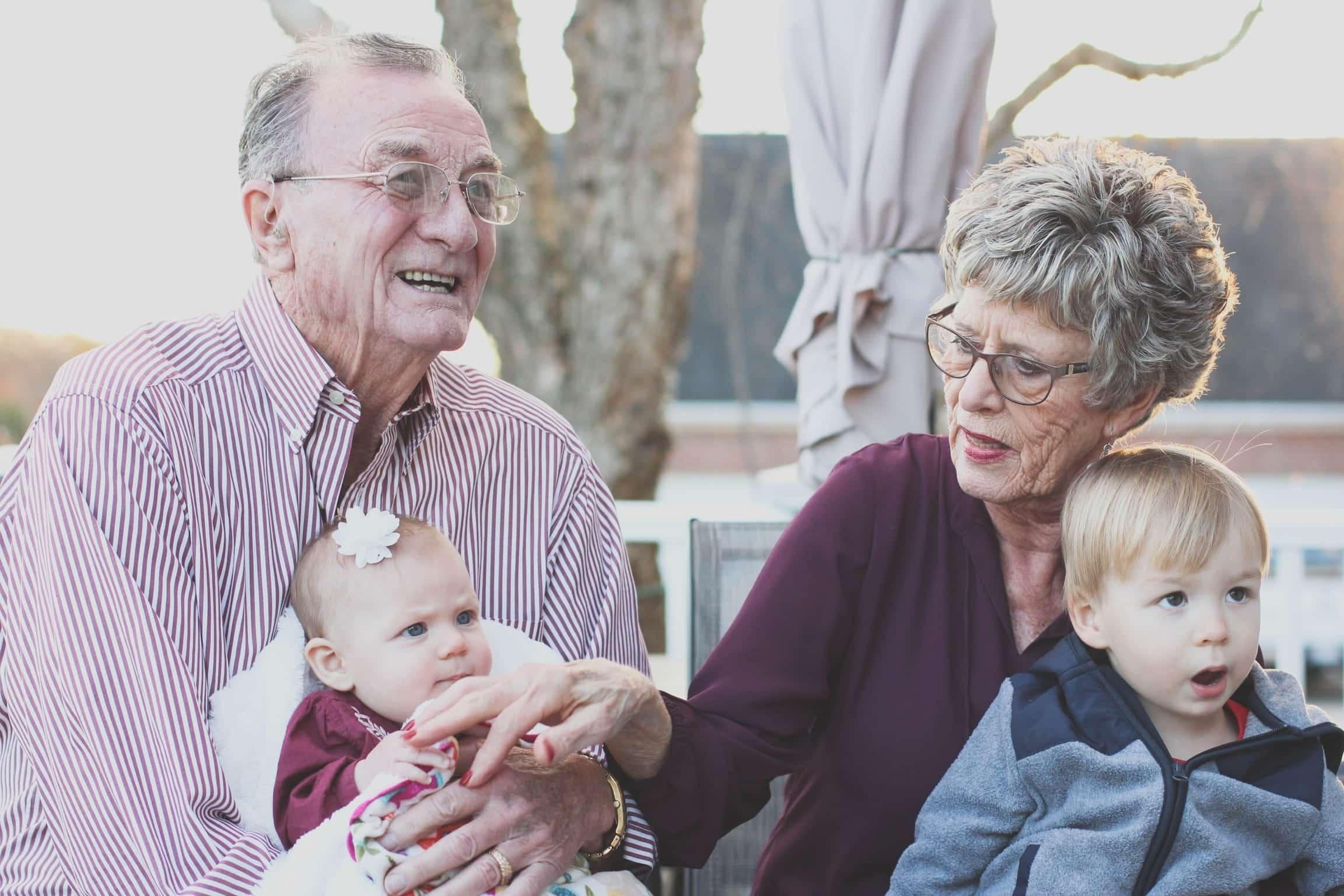 Des grand parents et leurs petits-enfants